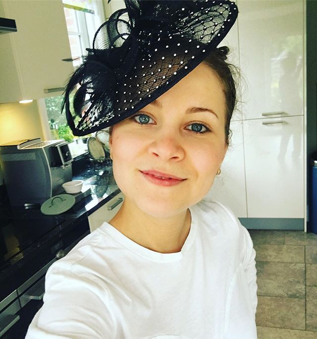 No make up fascinator hat selfie in the kitchen!  Maybe I should start baking meringues with one of those from now on! 😂👩🏼🍳👠 #weddings #baker #home #meringues #fascinator