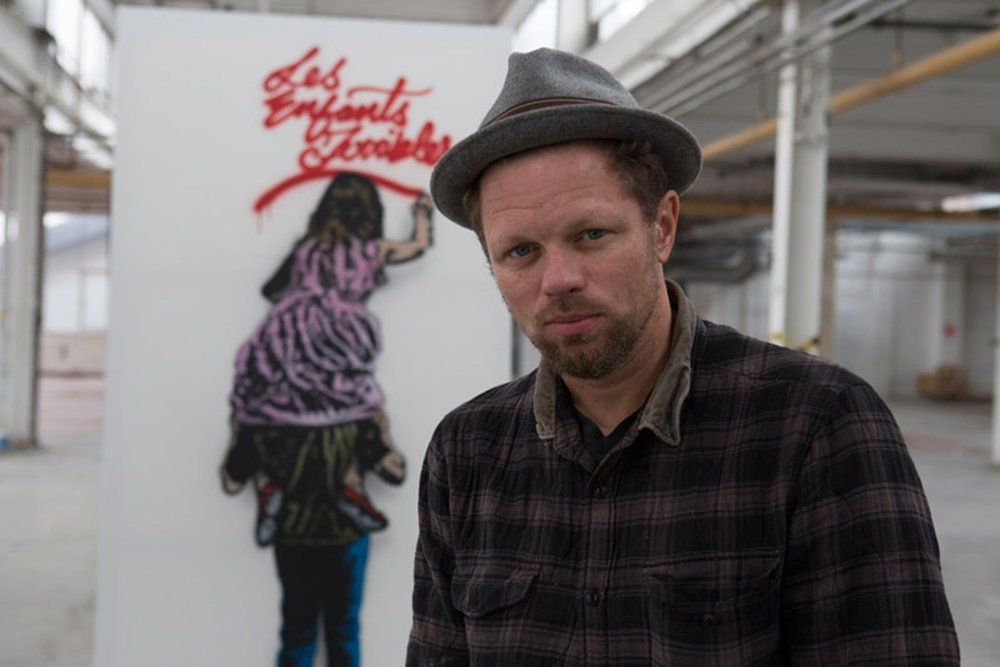 - Nick Walker est une figure emblématique du street art international. Cet originaire de Bristol est le précurseur du phénomène en Angleterre. Son oeuvre est aujourd'hui une référence pour toute une génération. Son univers ironique & provocateur est en constante évolution et entremêle modernité et avant-gardisme. Nick s'appuie sur l'énergie et l'imagerie du graffiti combinant la liberté du médium avec une maîtrise parfaite du pochoir. Il détourne avec tendresse les chefs d'œuvre de l'histoire de l'art ou illustre les sujets de société brûlants avec humour et dérision. Sa signature fait apparaître le plus souvent un gentleman «Vandale» coiffé d'un chapeau melon.Son style unique lui a permis d'acquérir une notoriété mondiale. Aujourd'hui, ses expositions se font à guichet fermé. Les collectionneurs peuvent attendre plusieurs heures pour être parmi les heureux acquéreurs de ses éditions, dont la célèbre Moona Lisa, vendue plus de dix fois sa valeur estimée, lors d'une vente aux enchères chez Bonhams.Pour Nektart Wine, il signe une oeuvre originale.