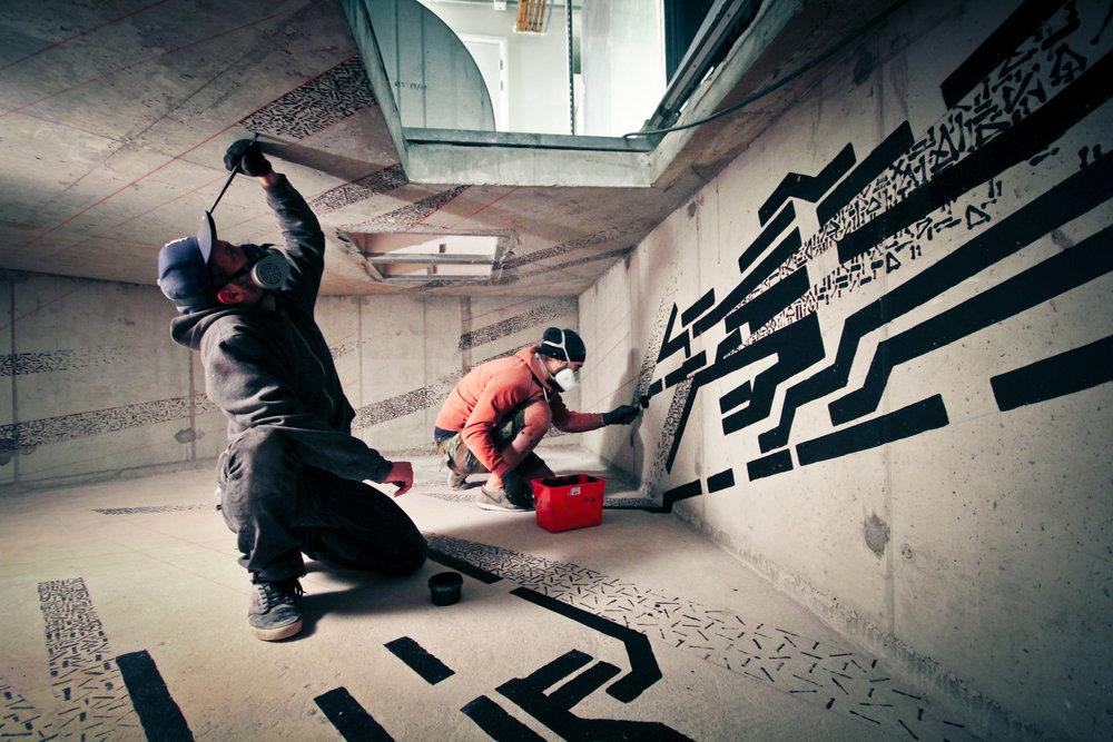 - Lek & Sowat travaillent en binôme depuis 2010 et partagent une passion pour l'Urbex, ou l'exploration urbaine à la recherche de ruines modernes. Leurs interventions repoussent les limites du graffiti traditionnel mixant plusieurs médiums ; vidéos, abstractions, architecturales, installations et archéologie, recréant une forme de Land Art urbain.Le duo entreprend une résidence clandestine en 2012 dans un centre commercial abandonné, baptisée « Mausolée ». Ce projet retient l'attention de Jean de Loisy, Président du Palais de Tokyo qui leur ouvre les portes du Musée. Entourés d'une cinquantaine d'artistes iconiques, ils passent deux ans à créer une exposition expérimentale unique dans le bâtiment, initiant ainsi Lasco Project, premier programme officiel d'art urbain du Palais de Tokyo. Depuis ils multiplient les collaborations. Ils créent avec Jacques Villeglé, Tracés Directs qui sera la première oeuvre de graffiti à entrer dans la collection permanente du Centre Pompidou. En septembre 2015, Lek & Sowat deviennent pensionnaires à la Villa Médicis. Une première dans l'univers du Street Art.Pour Nektart Wine, ils signent une oeuvre originale.