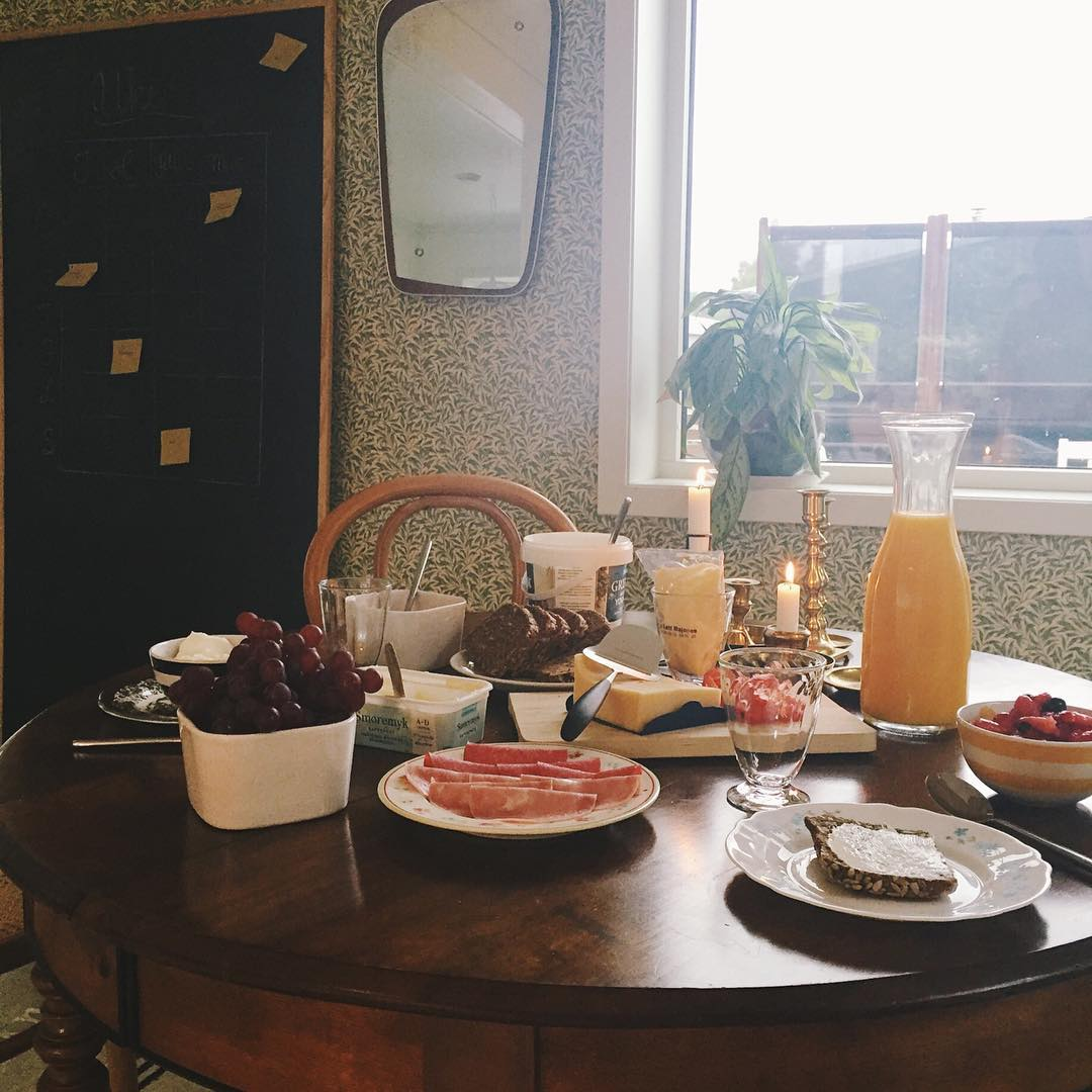 Lange helgefrokoster kan tas midt i uka når man er student på sommerferie og småbarnsmor i barselpermisjon☕️ #breakfast #boligliv #boliginretning #rom123 #boligpluss