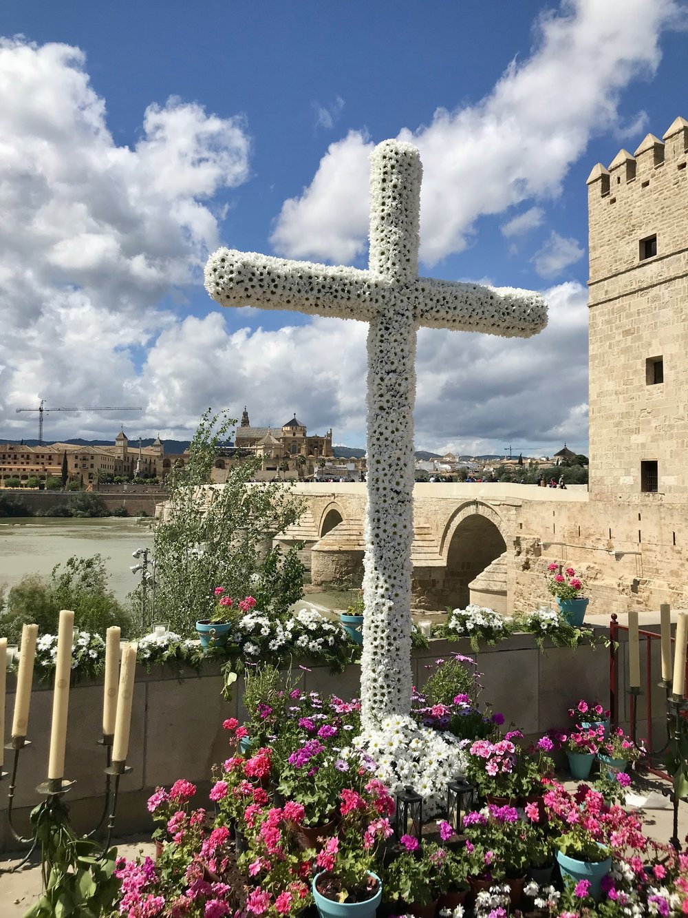 A  cruz  paired with a classic view of the Guadalquivir river, Torre de la Calahorra , and Mezquita-Catedral.
