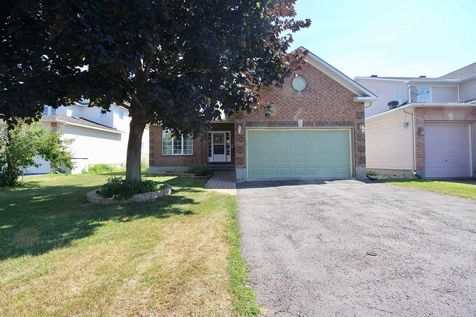 855 Paradise Cres -   Click for Info