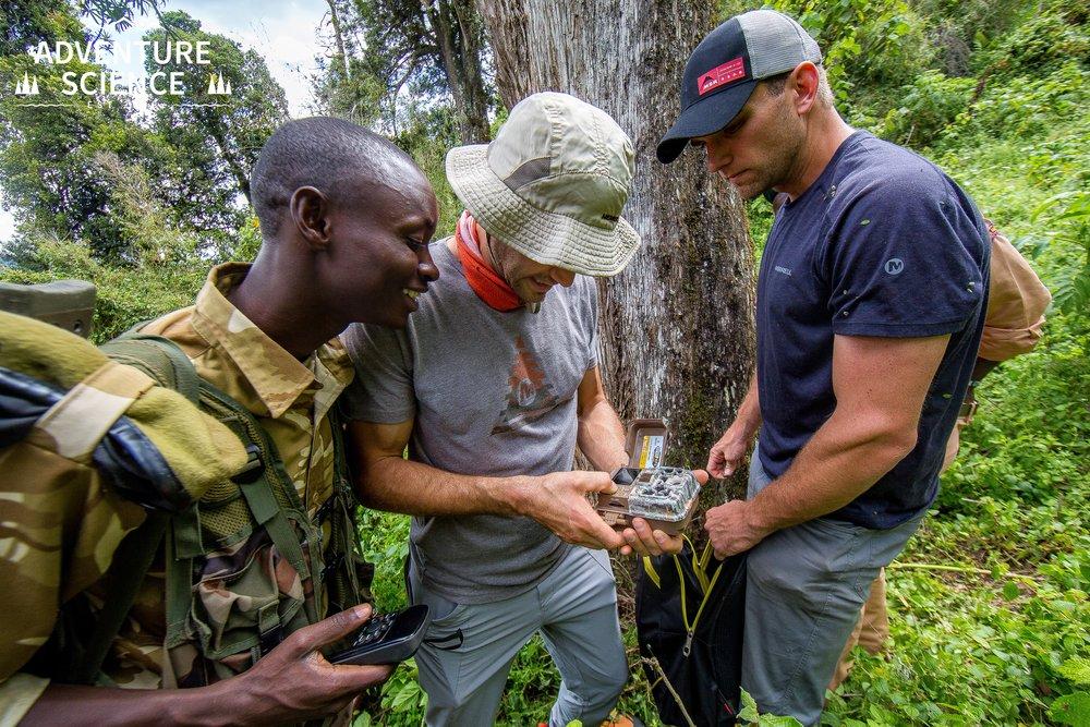 - Dans la plupart des cas, Adventure Science produit un rapport ou des résultats scientifiques, mais en raison de la nature sensible de ce projet et des préoccupations de sécurité pour les gardiens du Kenya Wildlife Service (KWS) et les membres de l'équipe Adventure Science, nous gardons les détails spécifiques secrets reliés à ce projet pour le moment.