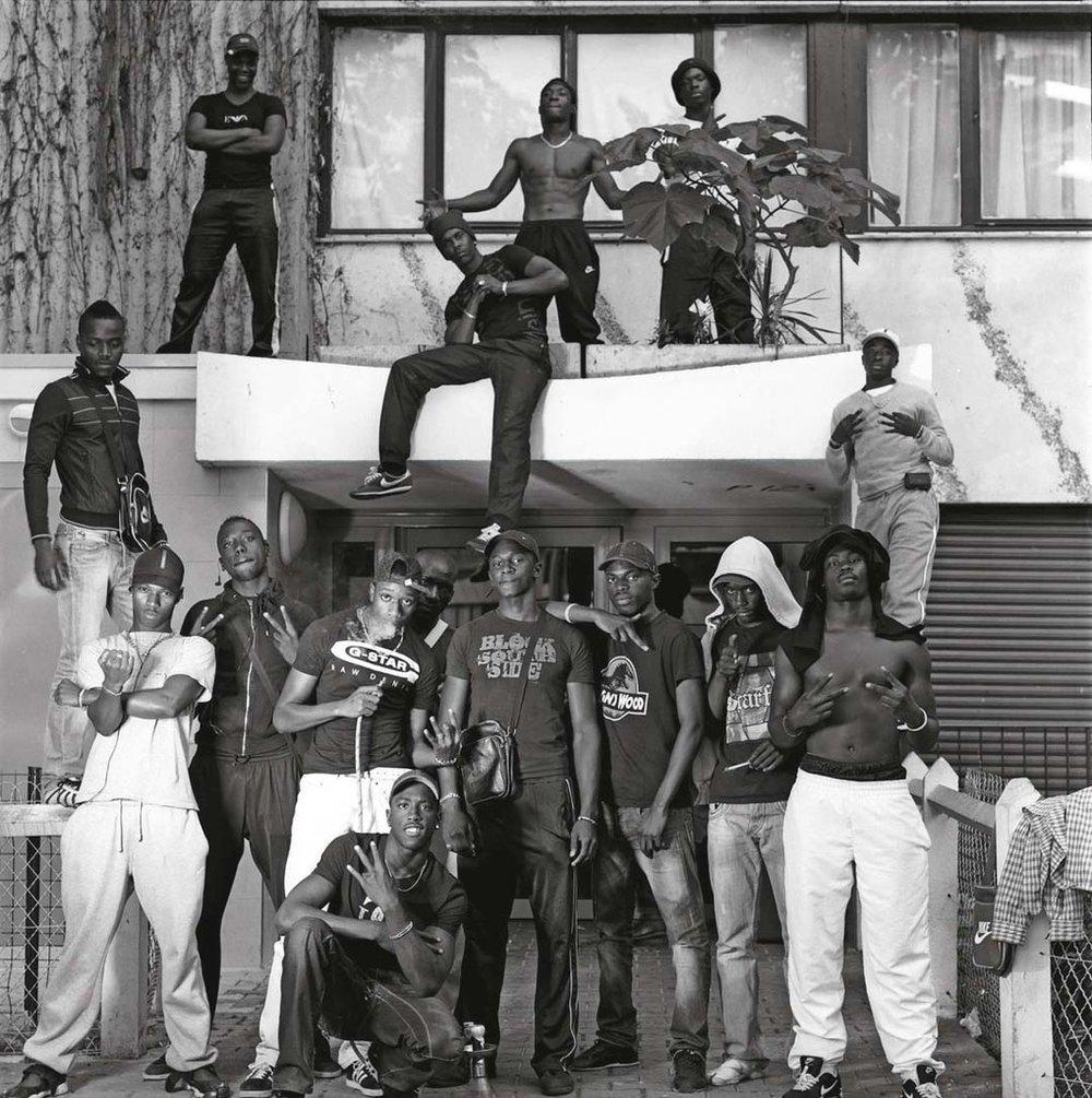 Les gangs Black Sans Pitié (BSP) et Jeunes Racailles Grignoises (JRG). Grigny (Essonne), 2012 ©Yan Morvan, courtesy galerie Sit down