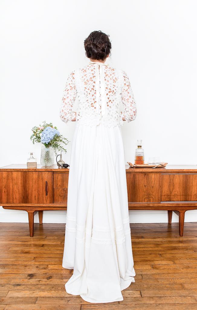 """Lucie Fouquet """"Nadège""""  Robe longue à traîne et cardigan assorti en guipure,ouverture au dos, nœud de satin dans le cou"""