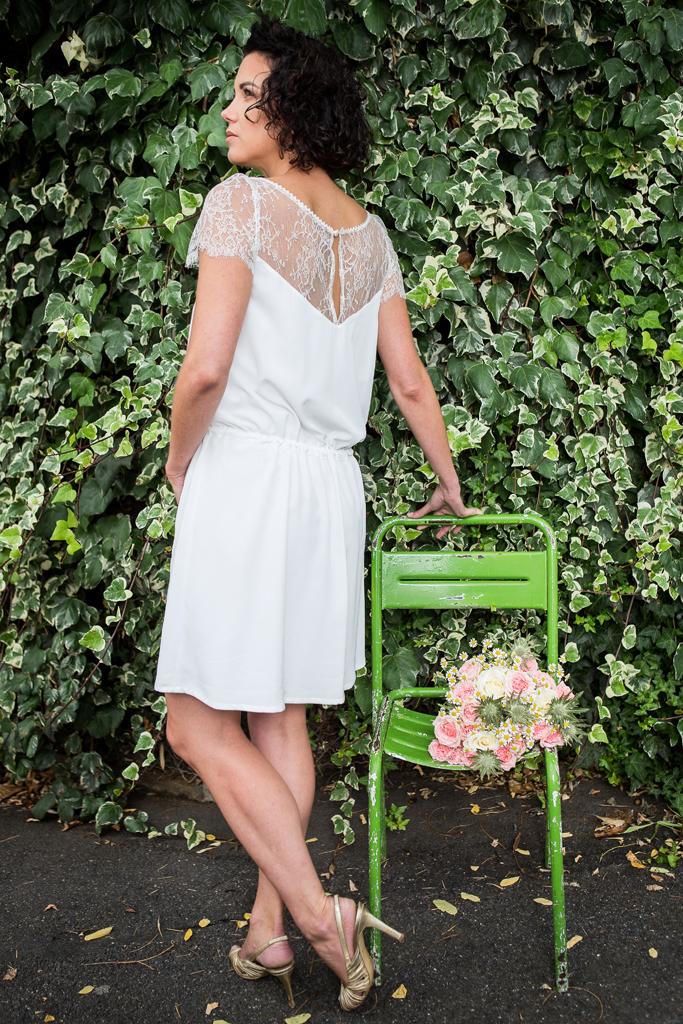 """Lucie Fouquet """"Marie""""  Robe civile courte adaptée pour les femme à la silhouette longiligne et aux grandes jambes  portée blousante avec une fine ceinture lien à pompons galon de croquet en finition du décolleté  moderne"""