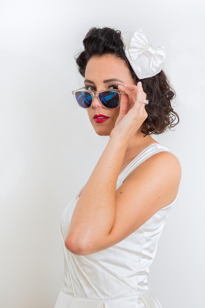 """Lucie Fouquet """"Cécile""""  Robe style pin up années 50  red lips  sunglasses  avec bibi """"poupoupidou"""" coeur et noeud"""