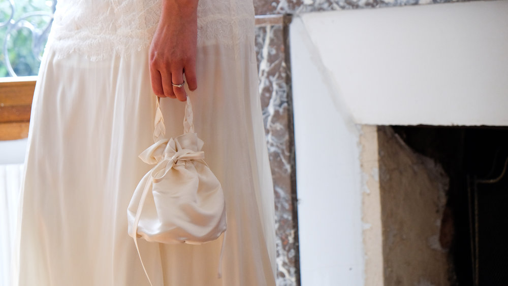 Lucie Fouquet robe Ekaterina soie bourse anse tressée assortie