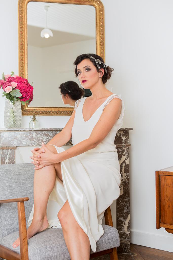 """Lucie Fouquet """"Chloé""""  Robe avec corsage porté légèrement blousant, élégant décolleté en V bretelles ornées de délicates manchettes de dentelle et bijoux de tête """"Aude"""" qui apporte une touche très rétro"""