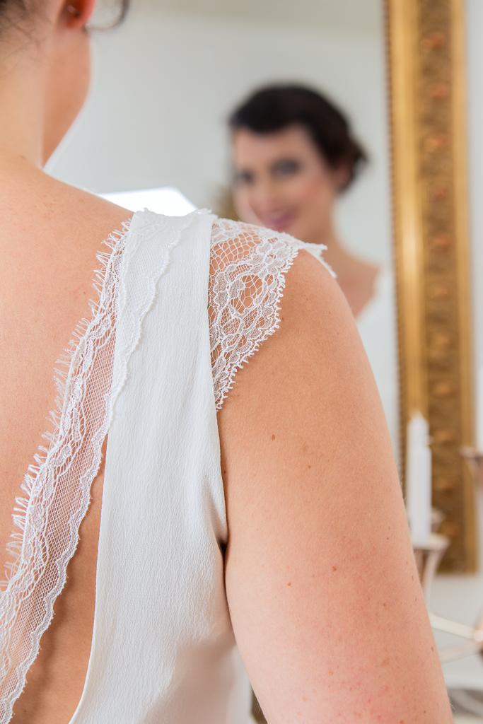 Lucie Fouquet robe Chloé détail rubans de dentelle et détail manchette dentelle