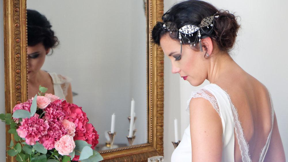 Lucie FouLucie Fouquet robe Chloé dos nu rubans de dentelle et headband bijou Aude