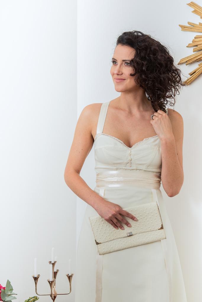 """Lucie Fouquet """"Jessica""""  Robe avec corsage inspiré de la lingerie avec de délicats détails de galon tressé et boutons nacrés au milieu devant"""