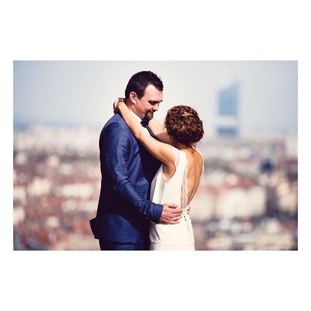 """Joyeux anniversaire de mariage Chloé et Matthieu!!! 👰💍🎂🎉👏🏻 Robe """"Chloé"""" Robe longue en soie d'inspiration années 20-30, bretelles rehaussées de délicates manchettes de dentelle et ceinture large avec application de dentelle, qui souligne la taille basse.  Photographe : @loovera_photographie (Photo recadrée pour Instagram)  #weddingdress #silkdress #weddinggown #silkgown #bespoke #madeinfrance  #shesaidyes #luciefouquet  #wedding #bridal #tailormade #surmesure #mariage #retro #dentelle #lace #parisianwedding"""