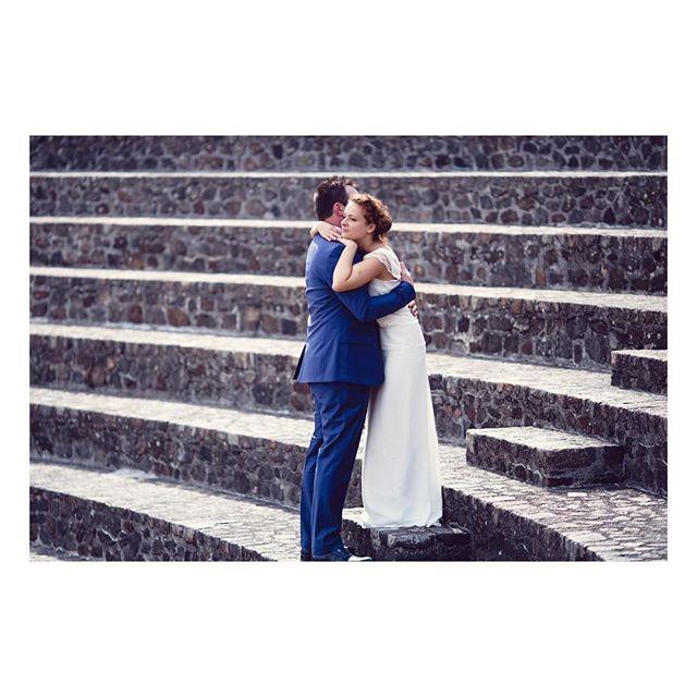 """Joyeux anniversaire de mariage Chloé et Matthieu!!! 👰💍🎂🎉👏🏻 Robe """"Chloé"""" Robe longue en soie d'inspiration années 20-30, à la taille basse et au tombé fluide épuré qui allonge toutes les silhouettes, bas de robe au tombé près du corps, avec un effet de traîne au dos créé par une quille.  Photographe : @loovera_photographie (Photo recadrée pour Instagram)  #weddingdress #silkdress #weddinggown #silkgown #bespoke #madeinfrance  #shesaidyes #luciefouquet  #wedding #bridal #tailormade #surmesure #mariage #retro #dentelle #lace #parisianwedding"""