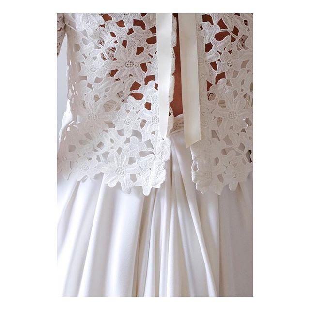 """Cardigan et robe """"Nadège"""" Détail du cardigan en guipure dont le bas est festonné, qui s'ouvre sur la robe au  jeu de plis creux et de quilles créant une traîne généreuse.  Photographe: @leo.poldine  #weddingdress #weddinggown #bespoke #madeinfrance  #shesaidyes #luciefouquet  #wedding #bridal #tailormade #surmesure #mariage #guipure #guipurelace #noeud #satin #bow #satinbow"""