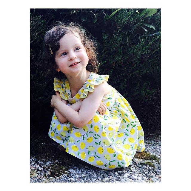 """Ça y est, il fait froid!, et l'automne s'installe! 🍂 On a encore envie de chaleur et de profiter des derniers rayons de soleil!!! ☀️ Se replonger dans les photos des vacances: Gabrielle porte le modèle """"Amélia citrons"""" 🍋💛 Robe de cortège en satin de coton à motif citrons. (doublure en batiste de coton écru)  #couture #cortege #childrenfashion #kidsfashion #weddingdress  #bespoke #madeinfrance  #shesaidyes #luciefouquet #wedding #bridal #tailormade  #surmesure #mariage  #citron #lemon"""