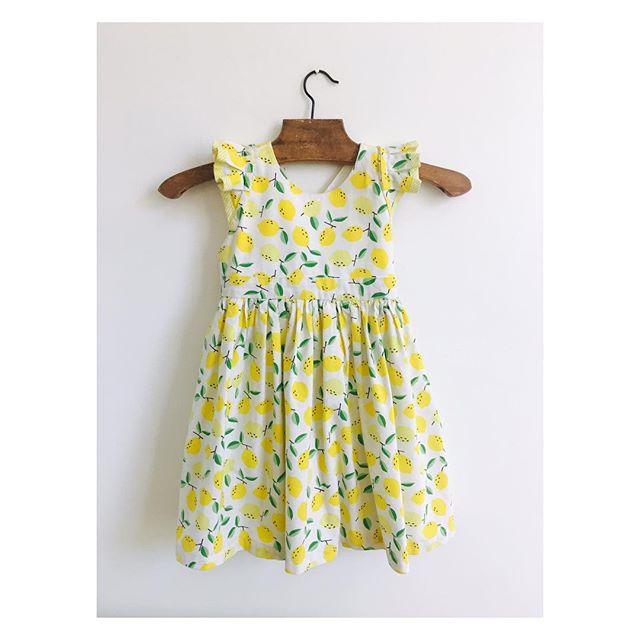 """Ça y est, il fait froid!, et l'automne s'installe!🍂 On a encore envie de chaleur et de profiter des derniers rayons de soleil!!!☀️ Modèle """"Amélia citrons"""" 🍋 Robe de cortège en satin de coton à motif citrons, petits volants à plis aux épaules, bas de robe froncé pour une """"robe qui tourne"""". (doublure en batiste de coton écru)  #couture #cortege #childrenfashion #kidsfashion #weddingdress  #bespoke #madeinfrance  #shesaidyes #luciefouquet #wedding #bridal #tailormade  #surmesure #mariage #citron #lemon"""