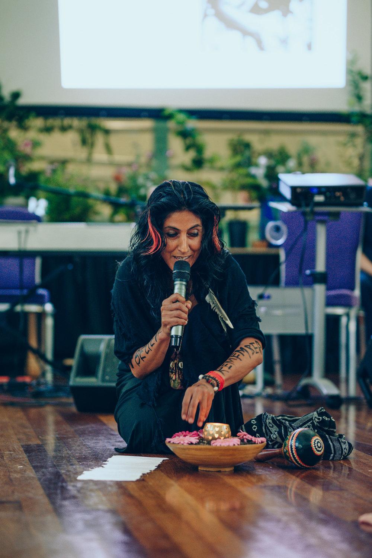 Anairda performs