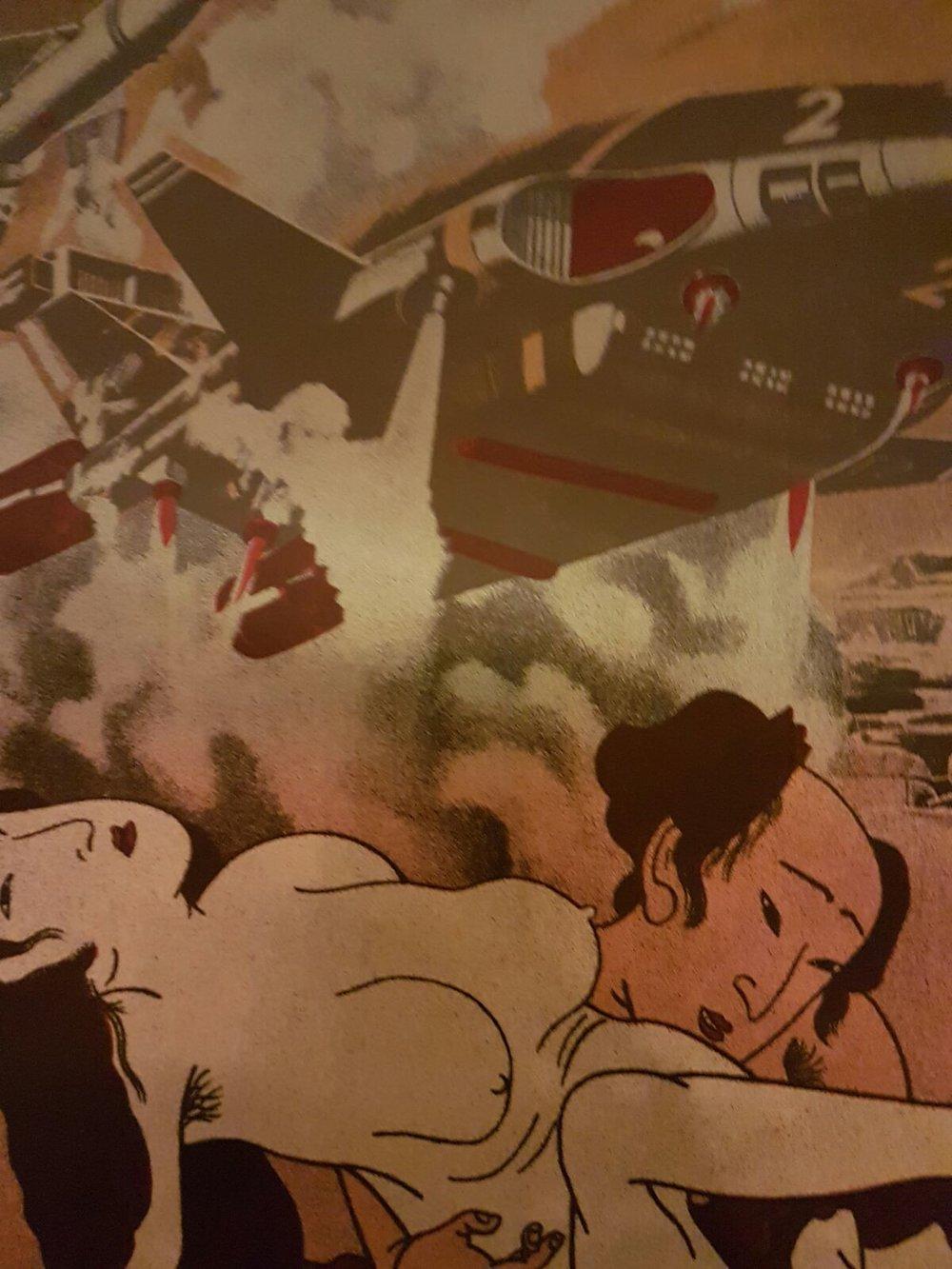 """Raum der """"Helden""""   Krieg und Macht. Männerphantasien. Gewalt für Gott und Vaterland. Die Kombination japanischer Shungas mit moderner Kriegsmaschinerie aus isländischer Sicht."""