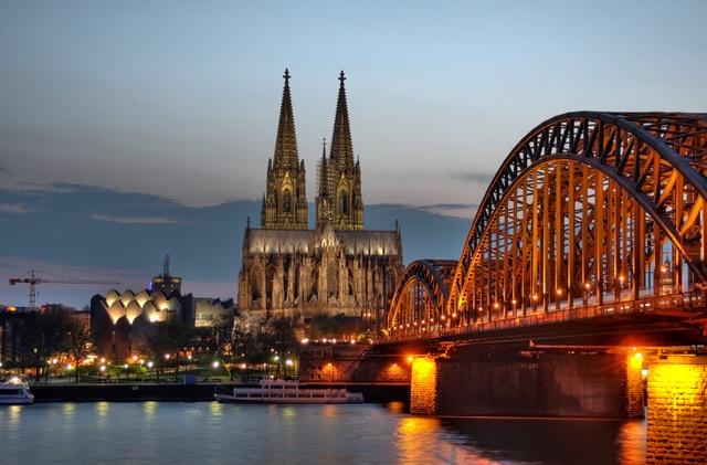 Kölner_Dom_und_Hohenzollernbrücke_Abenddämmerung_(9706_7_8).jpeg