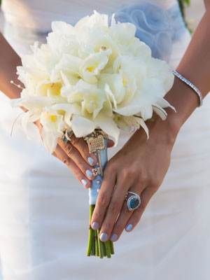 bridal-holding-bouquet