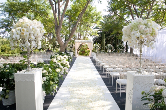 White-and-silver-wedding-theme_elegant-outdoor-wedding-ceremony