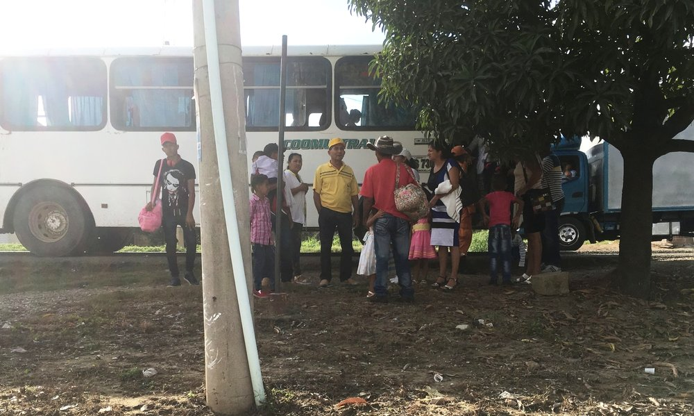 People arriving in buses provided by Funcovulc