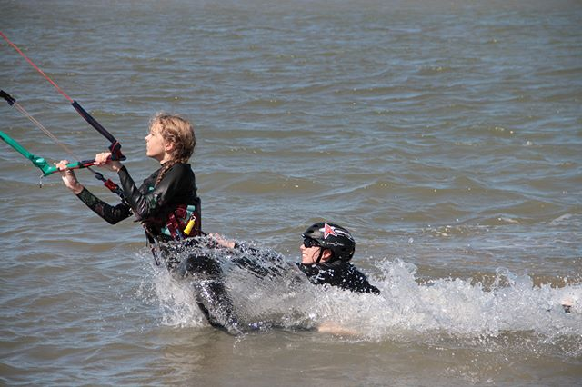 Hitching a ride. #sunsmart #mackaypride #northkiting #funinthesun #townbeach #kitingboarding #kidskiteboarding #kitesurfing #bodydrags
