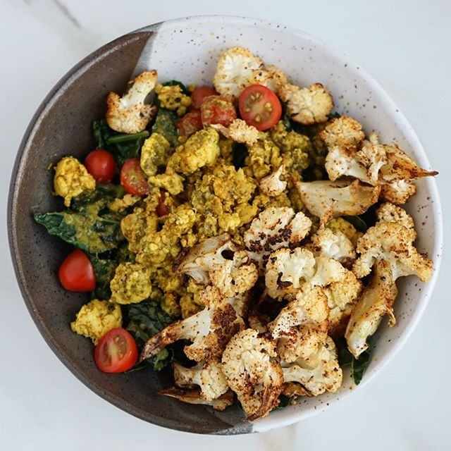 The heat is FINALLY breaking in LA and I'm celebrating by cooking all the goods I was too 🔥😓to make this week. Tonight it's a turkey taco bowl with steamed kale, roasted cauliflower with coconut oil and chili powder, grape tomatoes from the farmers market and cilantro lime dressing. The roasted chili cauliflower + lime combo is 🙌🏻. Spice + tang always wins 💯