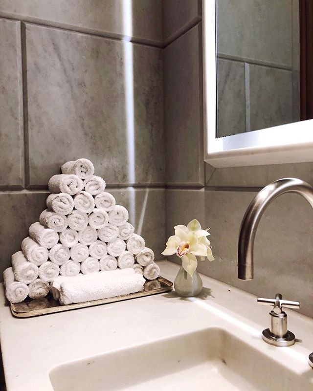 tuesday T I P: roll with it ! adapt this style to your own bathroom for a boutique feel. enjoy the little things that make you feel special in your own space. 🖤 . #homeorganization #style #stylist #tidy #sparkjoy #livesimplyhappy #konmari #motivation #inspiration #instagood #instadaily