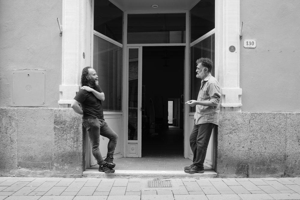 Io e Massimo Scognamiglio in un momento di pausa, grazie a Giuseppe Cardoni per la foto  Massimo Scognamiglio  massimoscognamiglio.com  Giuseppe Cardoni:  lensculture.com/giuseppe-cardoni