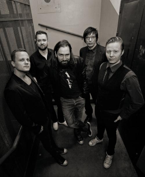 """Egotrippi soitti ensimmäisen keikkansa Kulosaaren kasinolla syksyllä 1993. Laajaa suosiota saavuttanut yhtye on sittemmin vakiinnuttanut paikkansa suomalaisyleisön sydämissä. Egotripin viides albumi Matkustaja poiki yhtyeelle ensimmäisen kultalevyn, ja vuotta myöhemmin julkaistu 20 suosikkia -kokoelmalevy myi jo platinaa, ja levyltä lohkaistu single """"Matkustaja"""" oli vuonna 2005 eniten radioissa soinut kotimainen kappale. Kuudennella albumillaan """"Vielä koittaa uusi aika"""" bändi nousi ensimmäistä kertaa listaykköseksi. Vuonna 2008 julkaistu """"Maailmanloppua odotellessa"""" palkittiin kolmella Emma-patsaalla. Egotrippi julkaisee uuden levyn vielä tänä vuonna."""