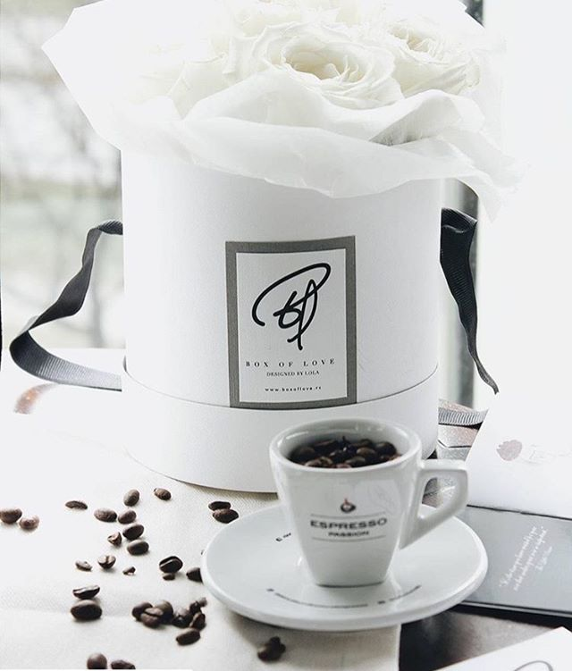 Never start a day without a coffee and pleasing view to your Box of Love. . . Empieza el día tomando café y a la vez disfrutando a tu Box of Love. . . . #boxoflove #boxoflovemallorca #earlymornings #flowers #flowerstagram #bouquet #coffee #flowerarrangement #allwhite #classy #minimal #mallorca #flores #tiendadeflores #bello #decoración #floristeria