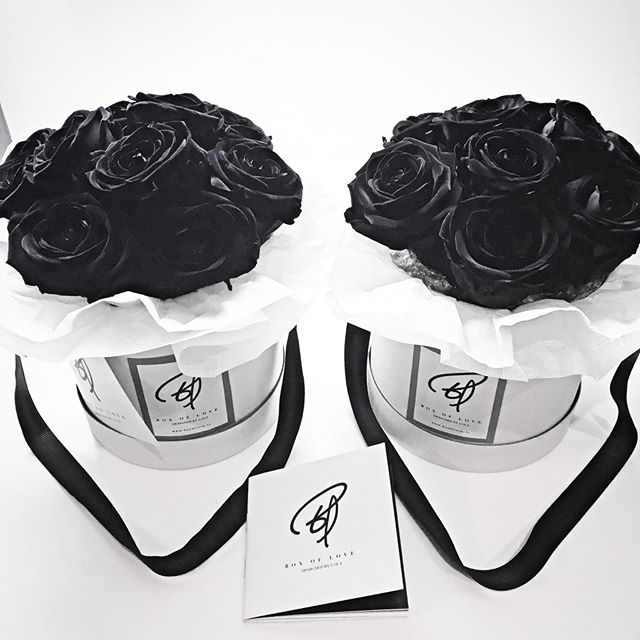 Elegance is always coloured in black - Mortality and New Things Box. . . La elegancia es siempre de color negro- (Mortalidad y Nuevas Cosas Box). . . . #boxoflove #boxoflovemallorca #flowers #allblack #elegant #flowerstagram #bouquet #flowerbox #flowerarrangement #pretty #classy #grace #mallorca #flores #tiendadeflores  #decoración #floristeria