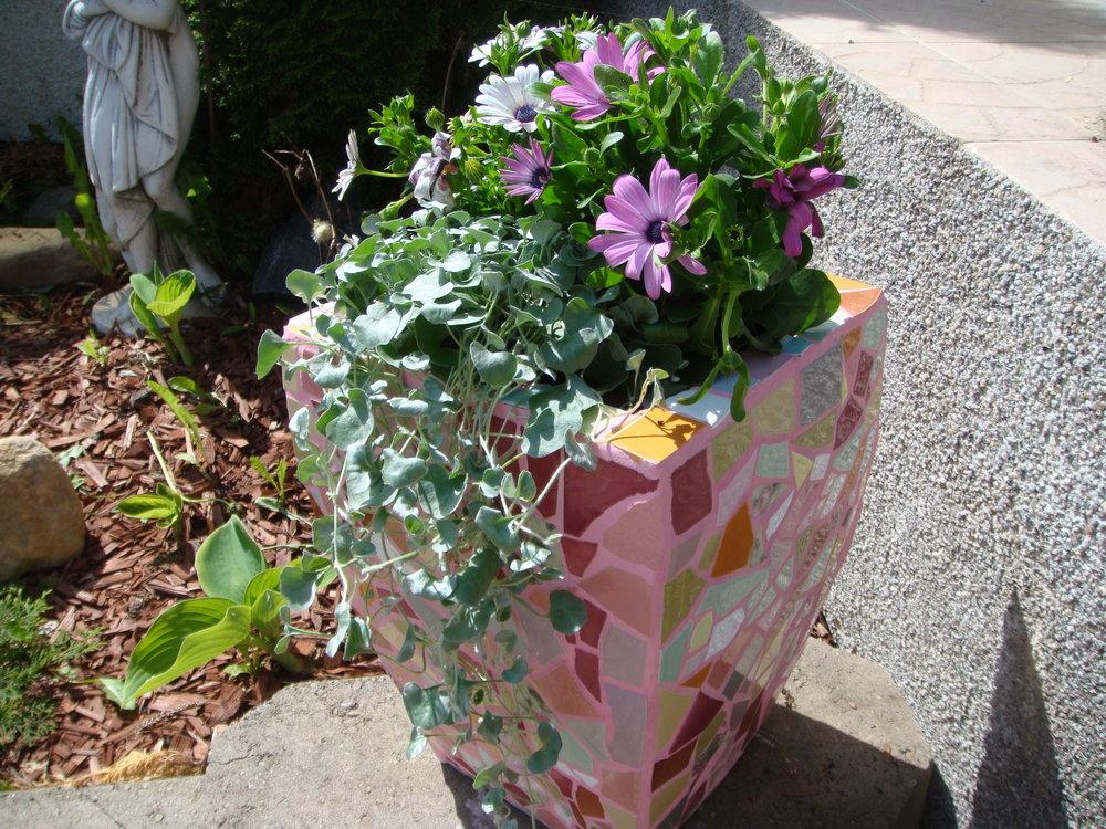Tämä kukkapurkki on todella painava! Taitaa olla ensimmäisiä kukkaruukkujani? Muistan sauma-ainetta menneen runsaasti, koska palat ovat paksuja ja saumanvälit isoja. Huom! tämä pieneksi vinkiksi vasta-alkajalle mosaiikkin tekoon ryhtyjälle