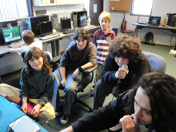 Students playing together in the computer room. Age mixing.