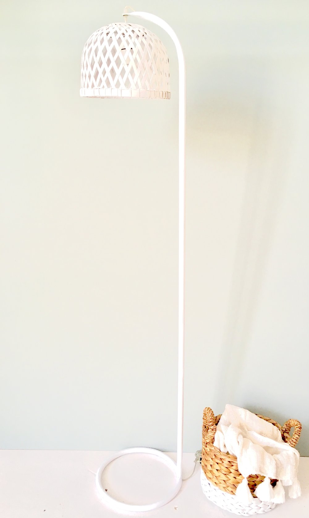 """<span style=""""font-family:Helvetica;letter-spacing:2px;font-size:10px;color:rgba(28,28,28,0.8);text-transform:uppercase;""""><b>ROOSTER FLOOR LAMP [WHITE]</b></span>"""