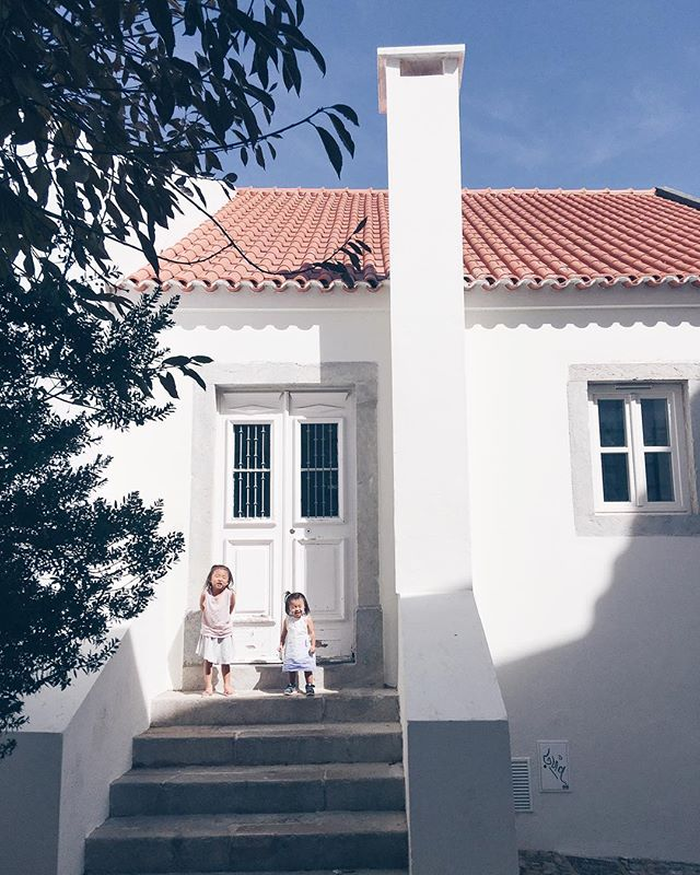 White House dreams in the alleys of #cascais.
