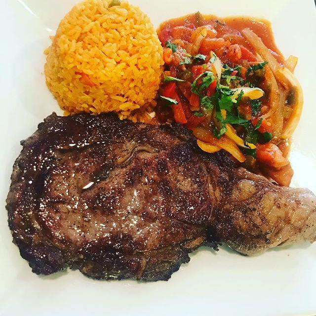 Bistec ranchero! #ribeyesteak #ribeye #ranchero #mexicanrice #jalapenopoppers #steak #raresteak #panseared #mexicanfood #perufood #greatfood #greattaste #freshfood #foodie #foodporn #foodlove