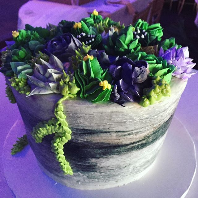 Still dreaming about this beautiful marble bowl of succulents cake for @pbatpbfl and @colingoldsmith wedding. @johnsonscakes worked their magic to create gorgeous hues of green and textures from sugar and icing. 😍 And the taste was amazing too! 🤤