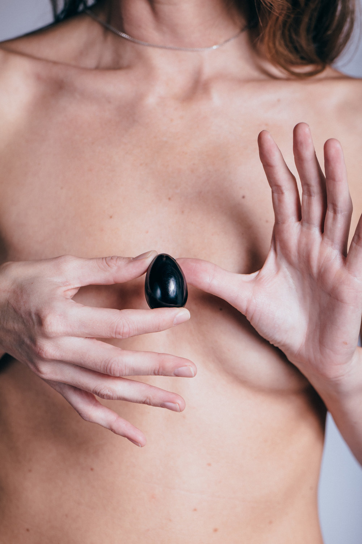EYESEEi YONi CRYSTAL EGG Black Obsidian. Photo: Anna Maria Liljestrand