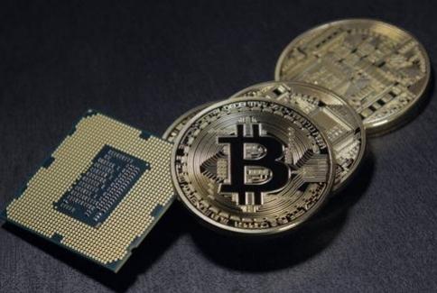 - Bitcoin'i duymuşsunuzdur. Bitcoin hakkındaki bilginiz az olabilir ama büyük olasılıkla Blockchain yani blok zinciri hakkında bildiklerinizden fazladır. Oysa blok zinciri Bitcoin'in çok önemli bir parçası, hatta temel taşı. Blok zinciri teknolojisini ve yaklaşan etkisini daha iyi anlamamızın zamanı çoktan geldi. Kısacası blok zinciri geleceğimizin en önemli ve dönüştürücü teknolojilerinden biri olmaya aday.