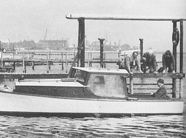 På bilden syns bland annat polisen Thormod Larsen. Mannen i båten är Erling Kjær och personen i vitt hår är Ove Bruhn. Fotot togs långt efter kriget.