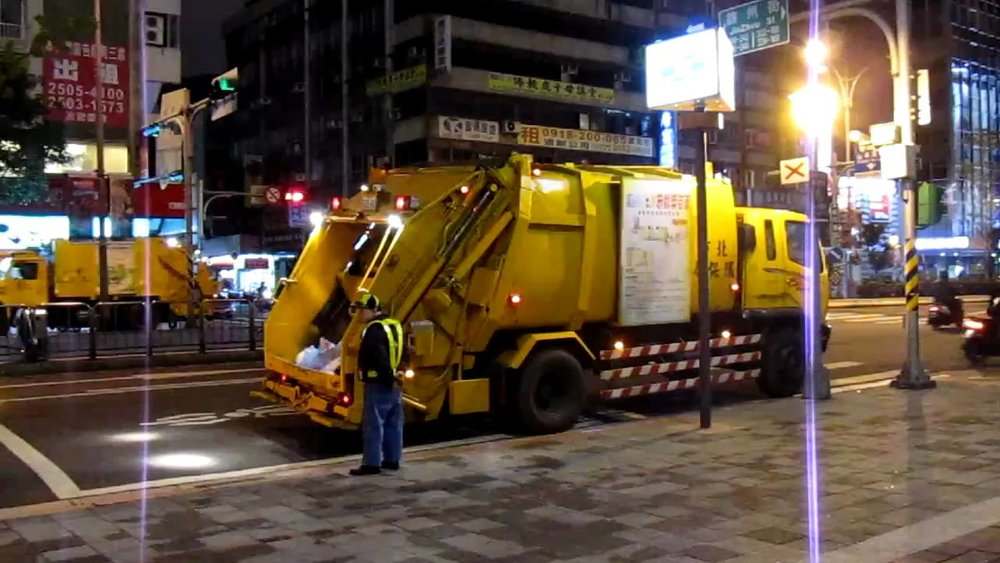 Rubbish trucks in action in Taipei.  Image credit