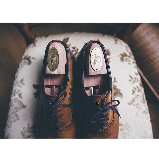About shoes'groom  #wedding #details #mariagefrançais #shooting #shoes #weddingtime #mariage #weddingphotography #smile #weddingshoes #married #frenchwedding #groom #indoor #naturallight