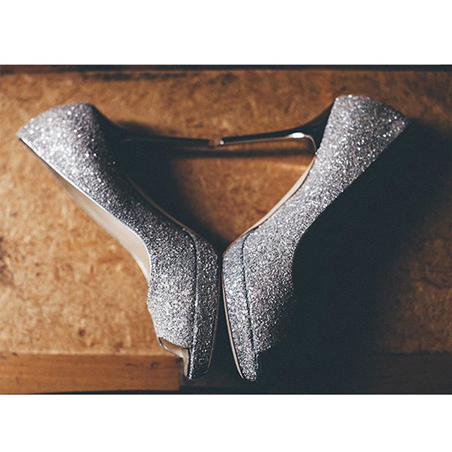About shoes'bride  #wedding #details #mariagefrançais #shooting #shoes #jimmychoo #strass #weddingtime #mariage #weddingphotography #happy #smile #drinks #weddingshoes #married #frenchwedding #bride #indoor #naturallight