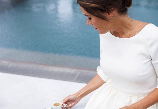 Pause ☕️ . #lacorniche #weddingday #lovcapsul #weddingdress #wedding #bride #weddingphotography #pausecafe #piscine #swimingpool #mariage #robedemariee #mariée #shootingphoto