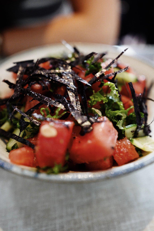 Esta é a salada rosa que pedimos (Melancia, pepino, algas e couve kale picada, regada com uma mostarda de mel e vinagrete de framboesa)/ This is the pink salad we ordered (Watermelon, cucumber, seaweed & chopped kale dressed in a honey mustard & raspberry vinaigrette)
