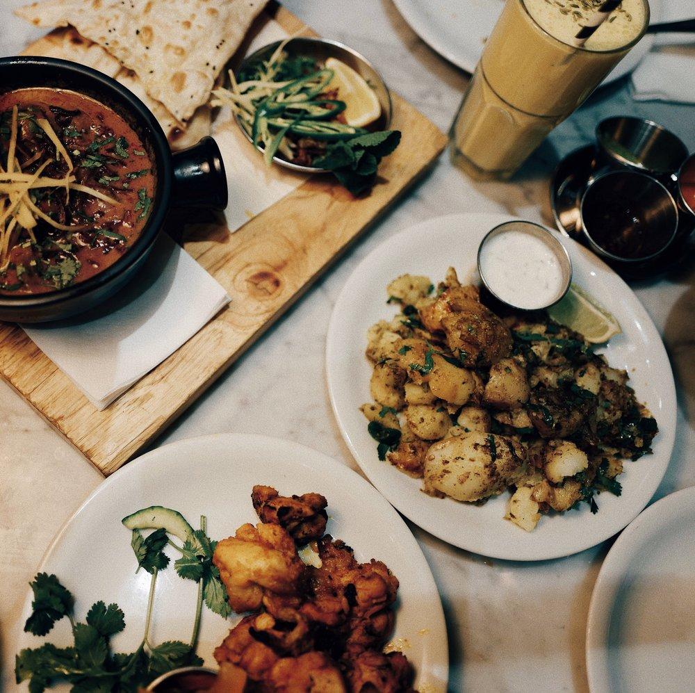 The food in Dishoom is soooo yummy! It's a sharing concept and exists in several areas of London, I can't recommend it enough . /A comida no Dishoom é de comer e chorar por mais! A ideia é pedir vários pratos para partilhar, existem vários Dishooms em Londres e eu recomendo-os vivamente.