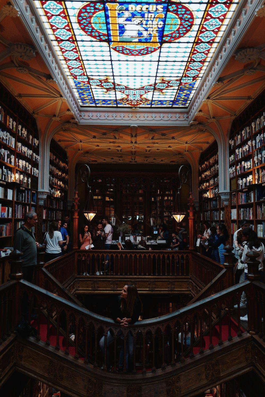 You know I love bookshops, I just wished it wasn't so crowded :(  / Vocês sabem que eu adoro livrarias, só gostava que esta tivesse menos gente :(